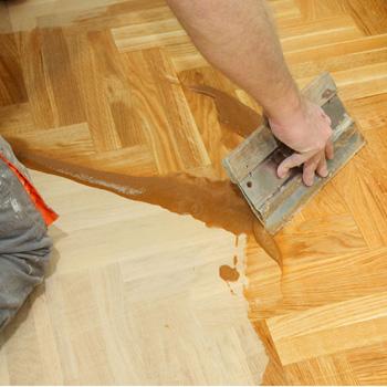 Nur durch eine gute Versiegelung ist Ihr Parkett für lange Zeit geschützt. Nur mit diesem abschließenden Schritt wird das Holz dauerhaft geschützt und robust. So hält es auch stärkeren Belastungen über Jahre hinweg stand.