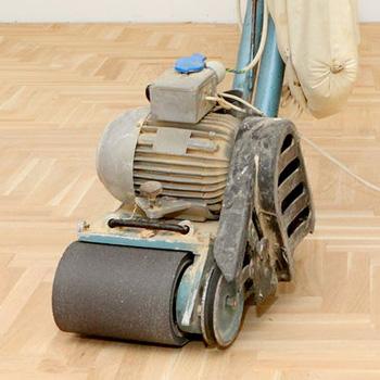Ob bei einer Neuverlegung oder bei der Aufarbeitung eines vorhandenen Parkettbodens - das Abschleifen ist ein wichtiger Schritt beim Parkett-Verlegen. Durch die starke Nutzschicht von echtem Parkett ist ein mehrmaliges Abschleifen möglich. So können kleine Fehler korrigiert werden.