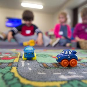 Kinder wollen auf dem Boden nicht nur laufen sondern auch spielen und sich bewegen. Hier kommen die Vorteile von Teppichboden voll zur Geltung, ohne die Ansprüche an Hygiene und Belastung zu vernachlässigen.